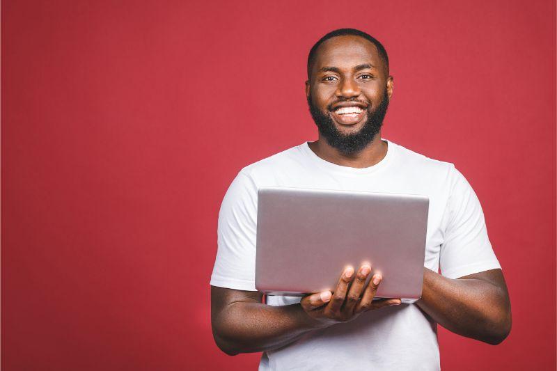 パソコン 男性 笑顔